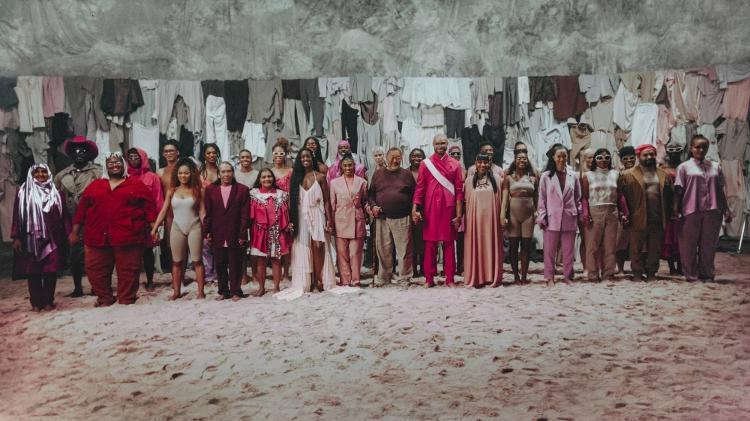 Iza e Maejor posam com pessoas convidadas para a campanha 'Be The One', da ONU, no clipe de 'Let Me Be The One' - Rodolfo Magalhães/Divulgação
