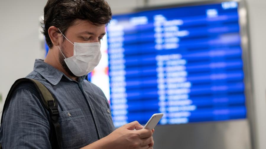 Passageiro se prepara para embarcar em aeroporto; nova lei oferece reembolso a quem teve viagem cancelada - Getty Images/iStockphoto
