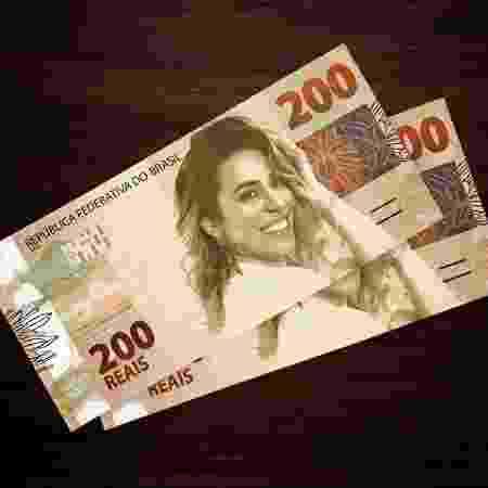 Naiara Azevedo brinca com nota de R$ 200 - Reprodução/Facebook