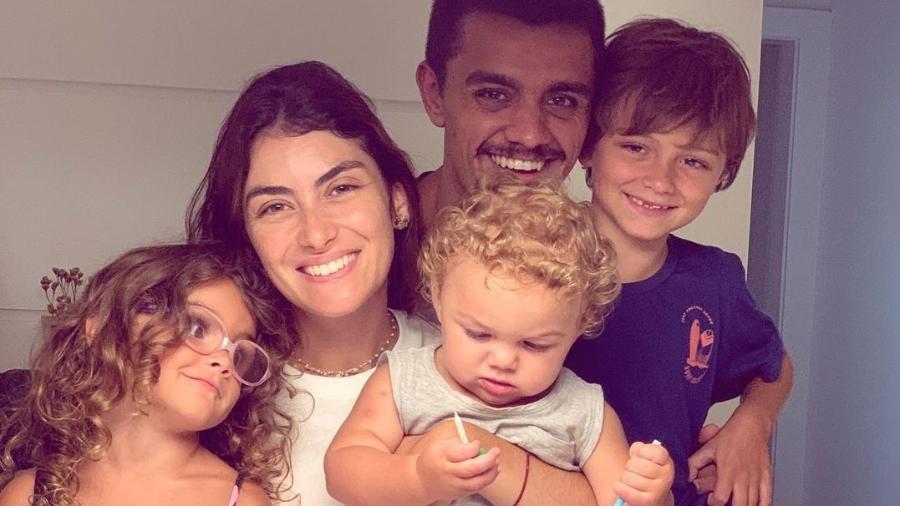 Mariana Uhlmann, o marido Felipe Simas e os filhos Joaquim, Maria e Vicente - Reprodução/Instagram