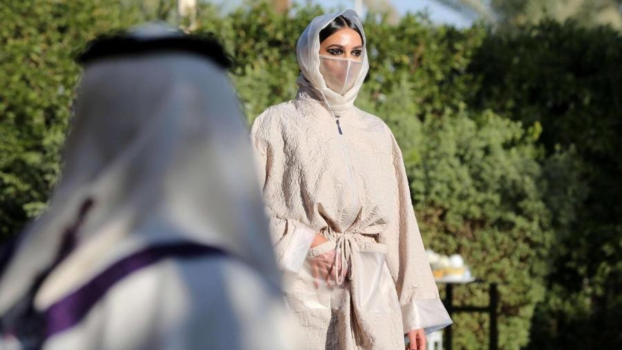 A princesa saudita e ex-modelo Safia Hussein Guerras, apresentou uma nova coleção de abayas ? roupas largas que escondem a silhueta - Getty Images