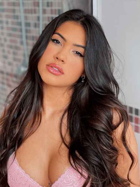 Ayarla Souza, de 22 anos, tem 2 milhões de seguidores no Instagram; ela acusa vizinhas de atacá-la por roupas curtas e vídeos para internet - Reprodução/Instagram