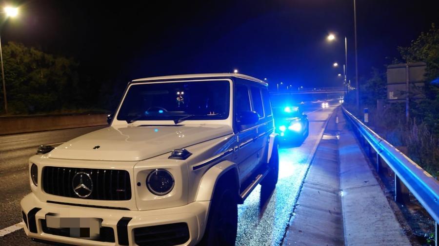 """Mulher em Mercedes é parada trafegando em alta velocidade para """"ir ao banheiro"""" - Reprodução"""