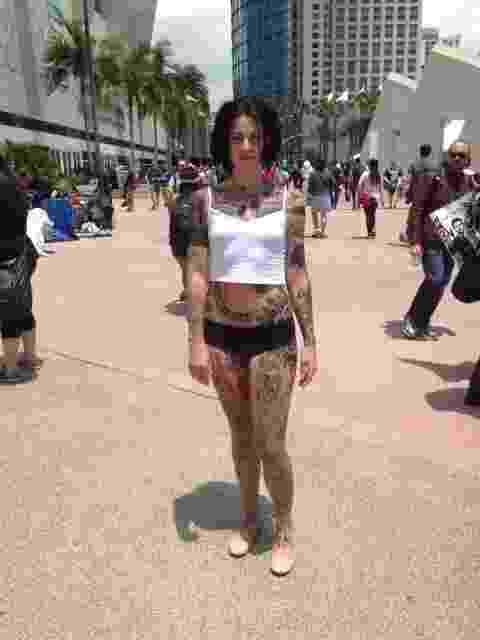 """9.jul.2015 - Modelo tatuada circula pela Comic-Con divulgando a série """"Blindspot"""", do canal NBC - undefined"""