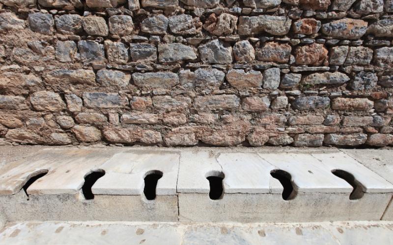Antiguidade - Nas cidades greco-romanas, como em Éfeso (na atual Turquia) os banheiros eram locais públicos e de confraternização. Latrinas coletivas eram instaladas em grandes bancadas de pedra e sob elas passavam canais de água corrente que conduziam os dejetos até rios distantes