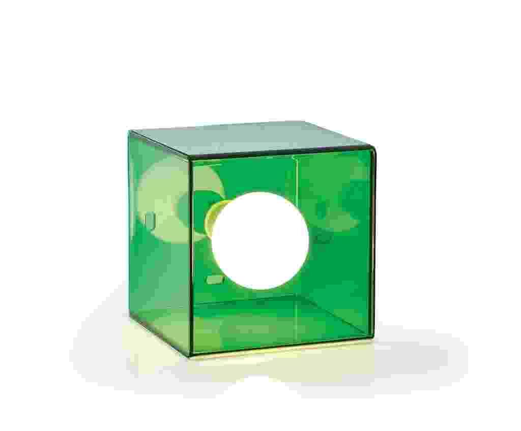O estúdio Ovo cria em 1999 a luminária Cubo, feita de acrílico - Divulgação