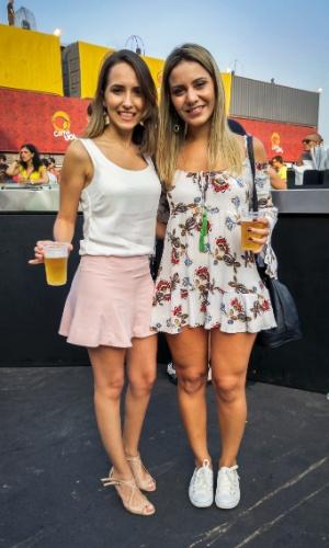23.jan.2016 - As amigas Daniele Batiselli, 28, administradora, e Carolina Schettini, 26, gestora comercial, apostaram nas cores mais claras nos seus looks para o CarnaUOL, em São Paulo.