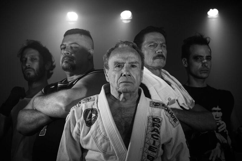 """Stênio Garcia posa com o elenco da peça """"O Último Lutador"""", em cartaz no Teatro dos Quatro, no Rio de Janeiro"""