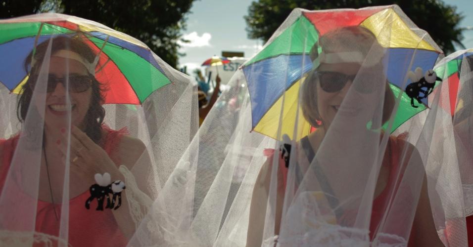 6.fev.2016 - Os mosquiteiros fizeram sucesso nos desfiles do Galo da Madrugada neste ano, no Carnaval do Recife (PE)6.fev.2016 - Foliões inspirados nas fantasias comparecem aos desfiles do Galo da Madrugada, grande atração do Carnaval do Recife (PE)