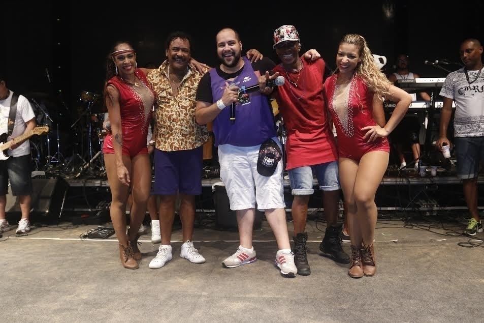 10.fev.2016 - Thiago Abravanel sobe ao palco durante apresentação do É o Tchan no Camarote Salvador e canta com a banda