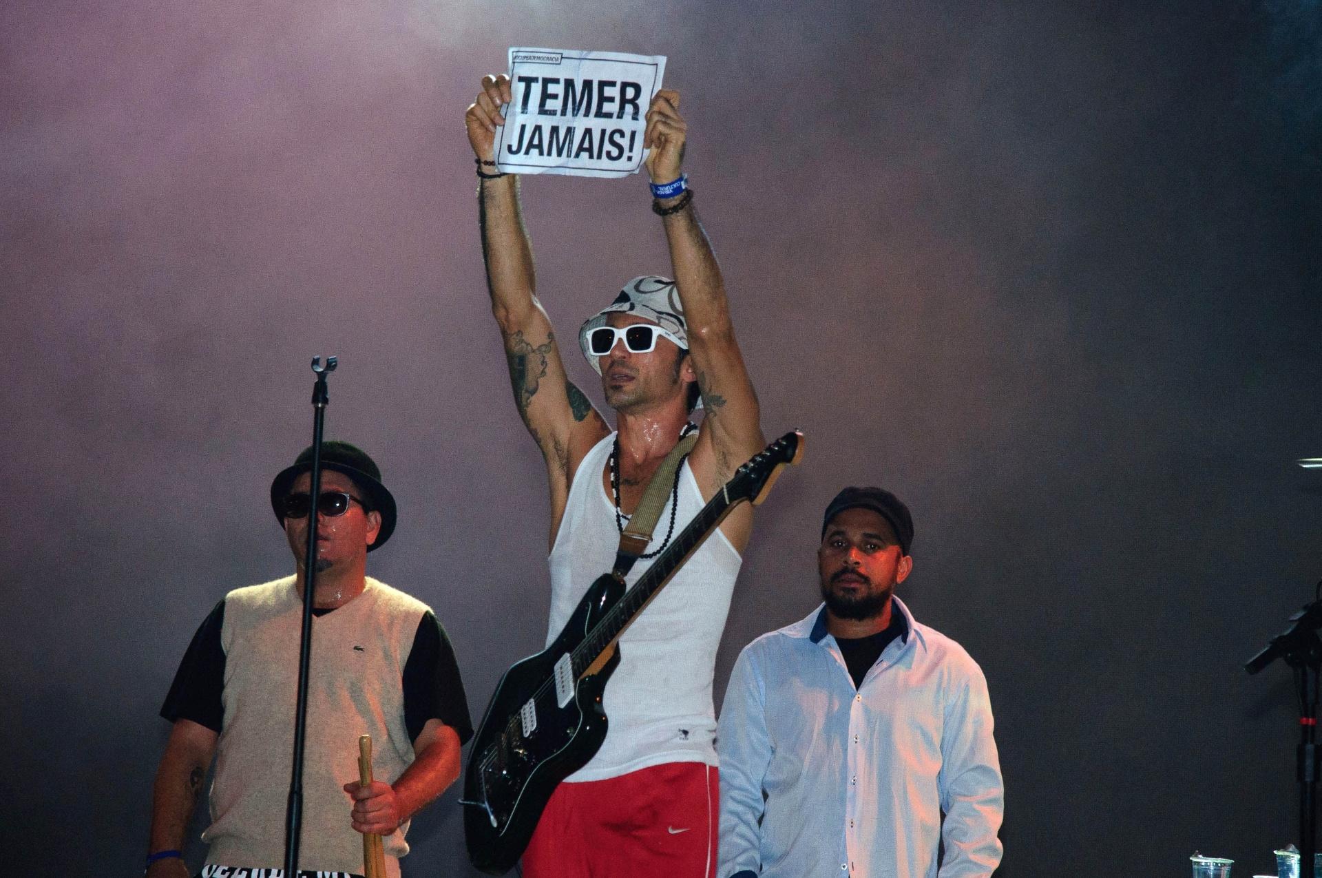22.mai.2016 - A banda Nação Zumbi encerra a Virada Cultural no palco Júlio Prestes, na Luz, região central de São Paulo. O grupo pernambucano aderiu aos protestos contra o governo interino de Michel Temer