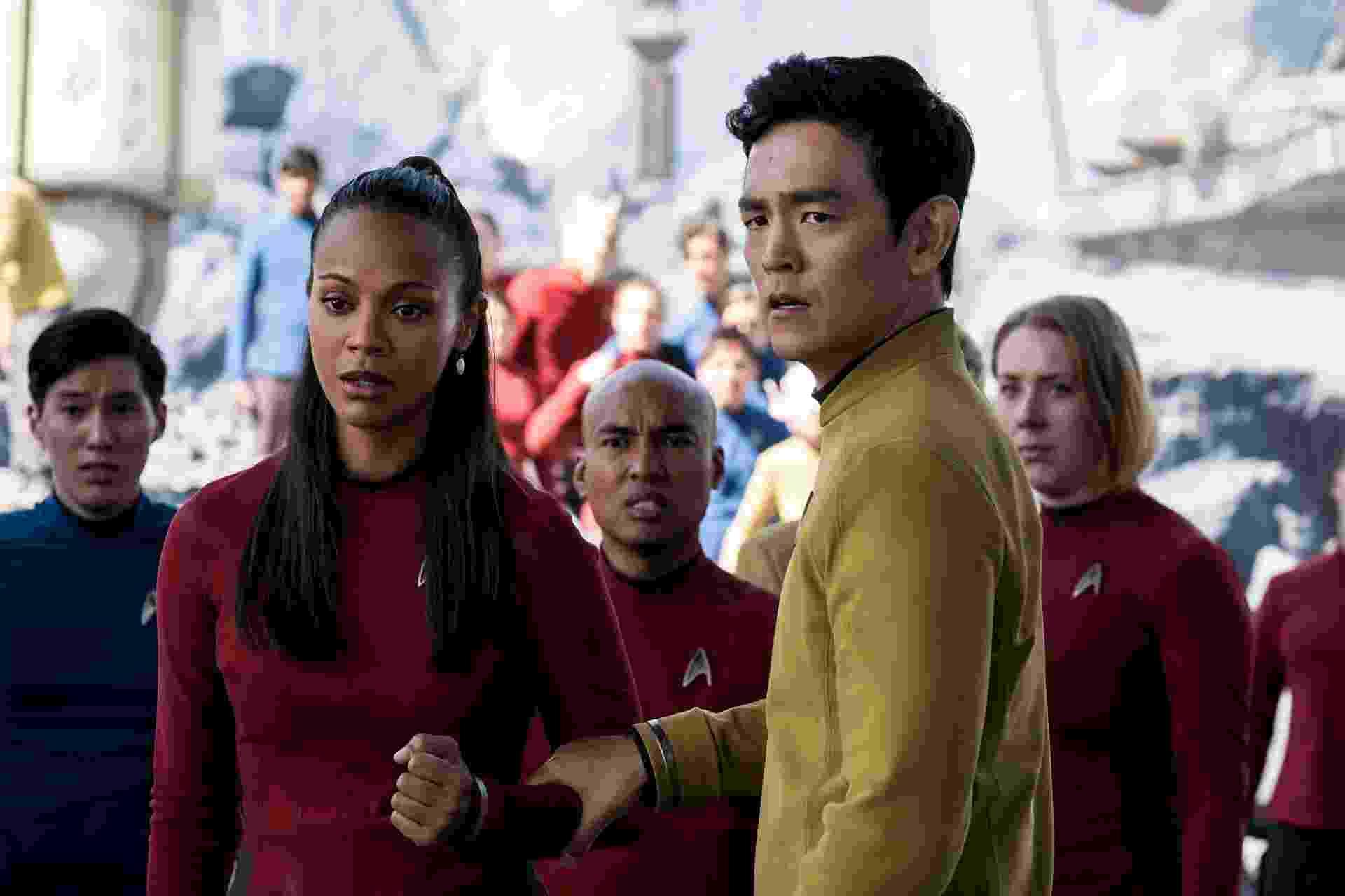 """Zoe Saldana e John Cho em cena de """"Star Trek: Sem Fronteiras"""" - Divulgação"""