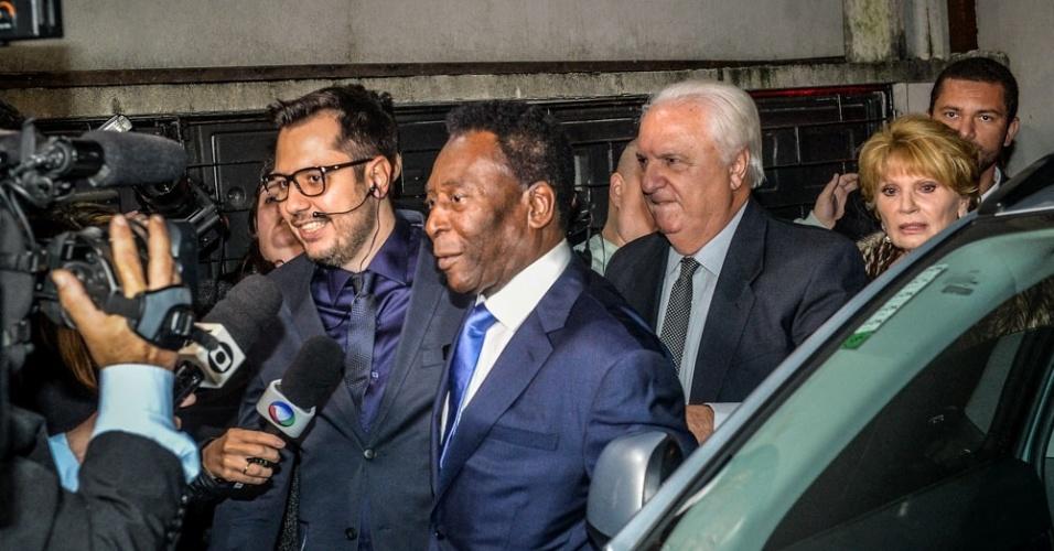 9.jul.2016 - Pelé é assediado pela imprensa ao chegar no local