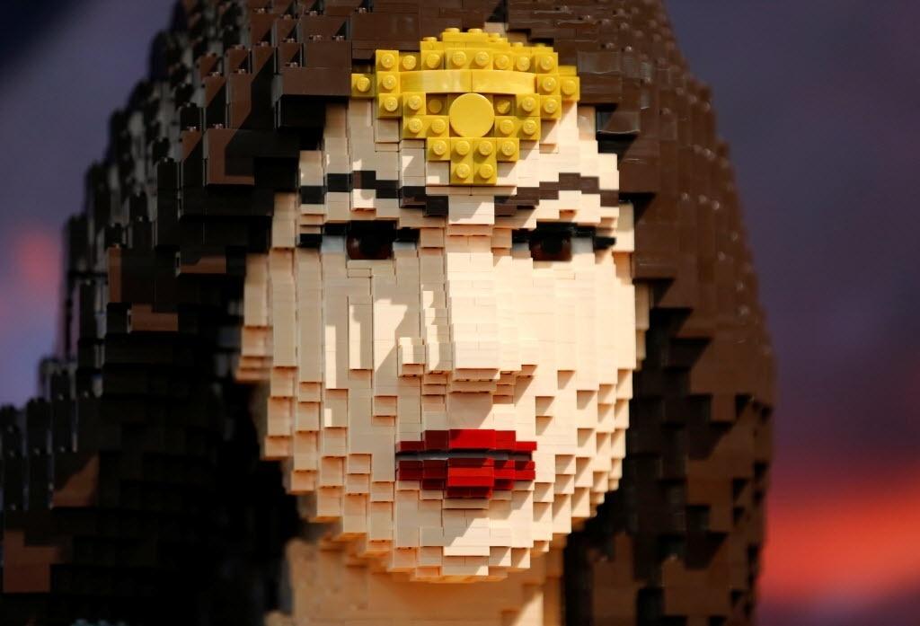 22.jul.2016 - O rosto em tamanho real da Mulher Maravilha feito em Lego é exposto em estande na San Diego Comic-Con
