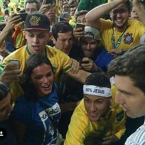 Neymar com a faixa 100% Jesus - Reprodução/Twitter