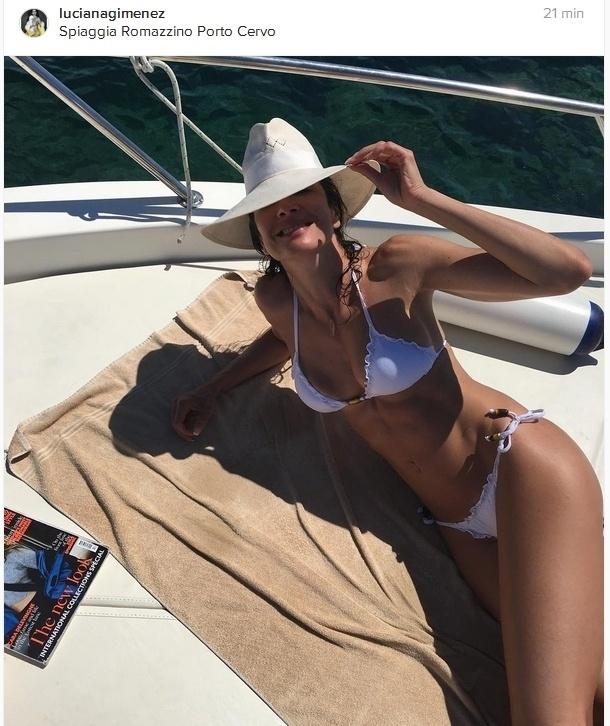 5.set.2016 - De biquíni branco, Luciana Gimenez curte férias em passeio de barco na Itália
