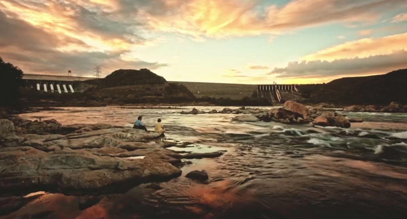 Cena do rio São Francisco com imagem de usina em