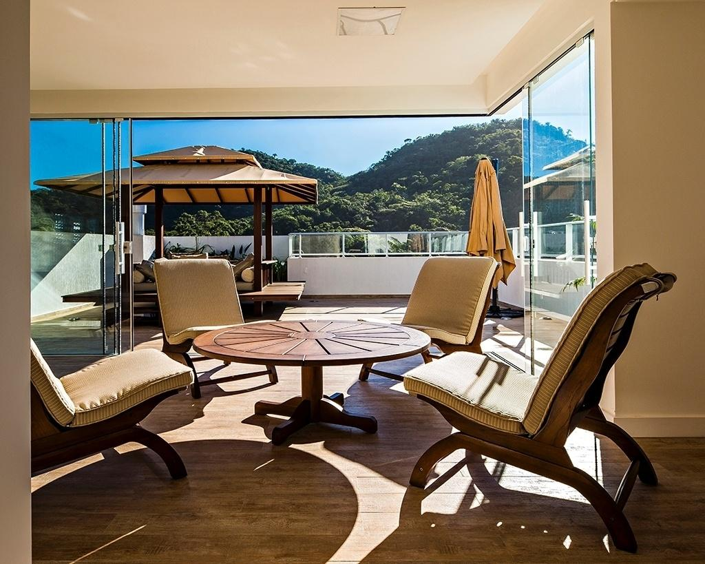 Nessa casa, a cobertura foi pensada para servir como espaço de relaxamento e contemplação. O local recebeu um spa (no quiosque, à esq.) junto a uma banheira externa com vista para a Mata Atlântica e para o mar azul de Balneário Camboriú (SC). O projeto é assinado por Carolina e Guto Biazzetto, do escritório EB Arquitetura