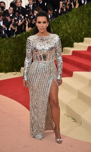 Kim Kardashian de vestido prateado com fenda no baile do MET 2016