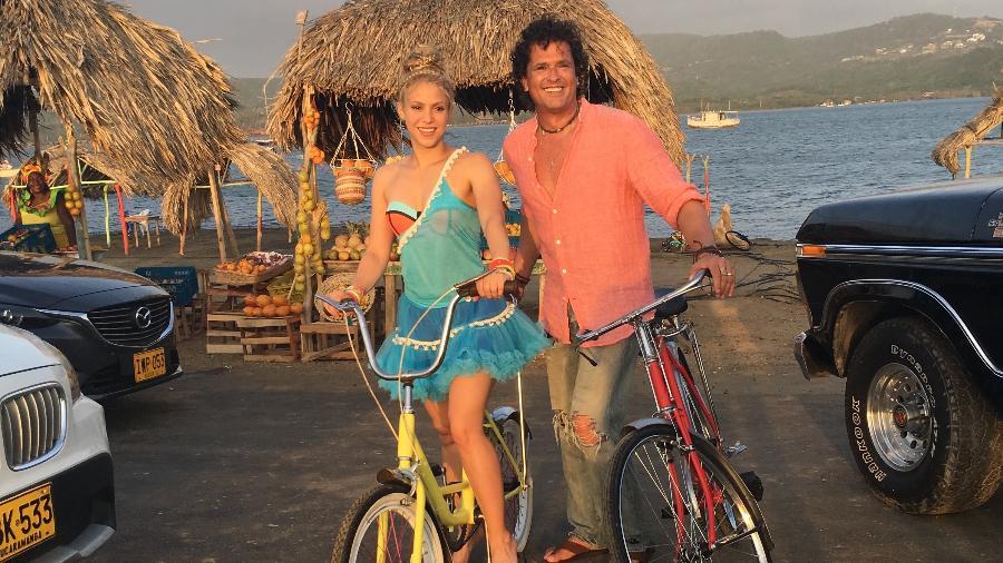 """Shakira e Carlos Vives posam durante a gravação do clipe de """"La Bicicleta"""" - Reprodução"""