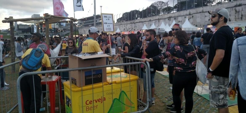 Organização do Lollapalooza montou quiosques improvisados para servir bebidas ao público e tentar diminuir as filas  - Renata Nogueira/UOL