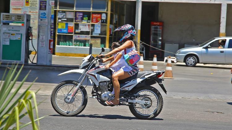 Criança na garupa da moto - Infomoto - Infomoto