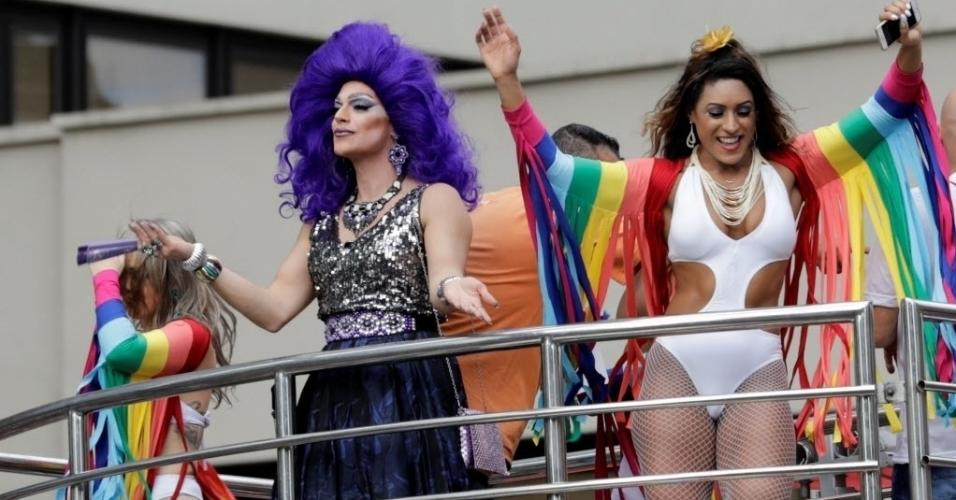 Meia arrastão, maiôs cavados, cabelão, carão e muita cor: a receita de sucesso para arrasar no look na Parada LGBT