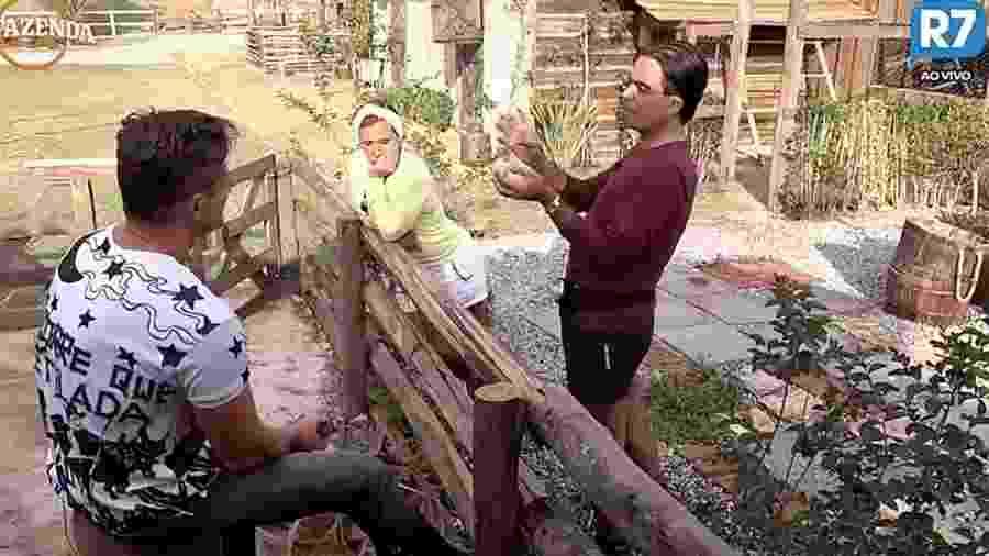 """Fábio Arruda fala sobre casal de """"A Fazenda"""" com Marcos e Rita Cadillac - Reprodução / Record TV"""
