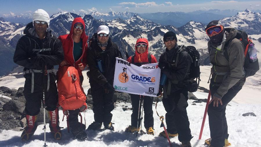 Eduardo Soares (o primeiro da esq. para a dir.) e Ana Gomes (com a bandeira), entre outros membros da expedição ao Elbrus, na Rússia - Divulgação