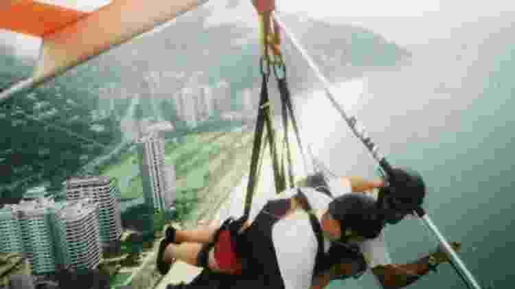 Aventuras de Giles incluem voo de asa-delta sobre a praia de São Conrado, no Rio de Janeiro, em 2004 - BBC - BBC