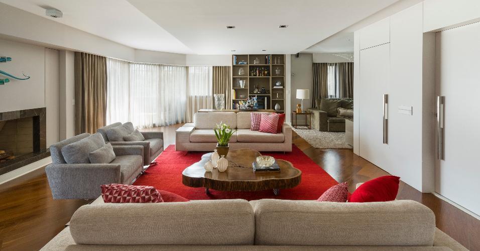 Móveis de design limpo e reto, cores neutras e muita amplitude. As salas repaginadas pela KTA Arquitetura ganharam um arremate de impacto: o tapete vermelho vibrante, combinado com as almofadas da mesma nuance, trouxe movimento e a vibração para a área de estar