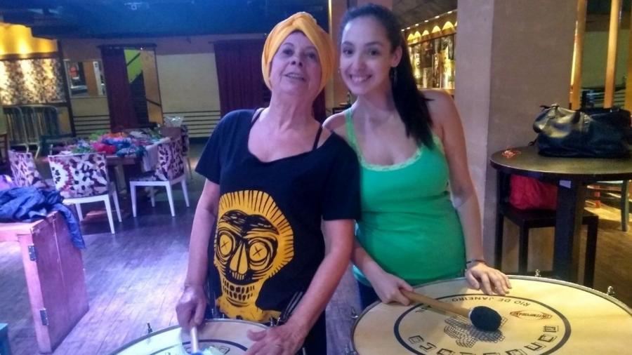 Vera Parente, 71, e Débora Ferreira, 26, ritmistas do Monobloco - Janaína Nunes/UOL