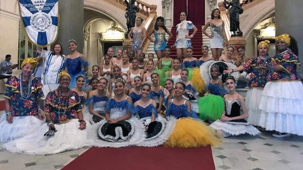 dc02895fb3b6c Integrantes do Ballet de Paraisópolis e membros da agremiação posam no  Theatro Municipal de São Paulo Imagem  Divulgação