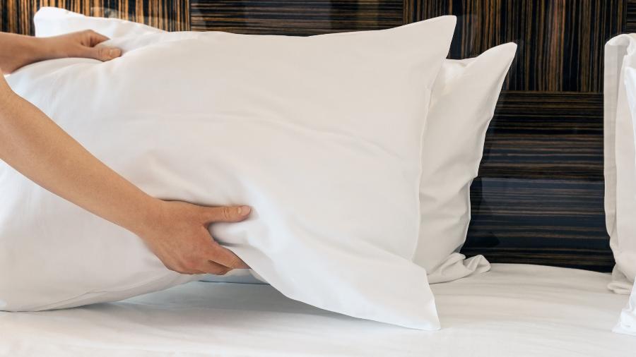 Alguns travesseiros podem ser lavados, por isso vale checar a etiqueta do produto - Getty Images