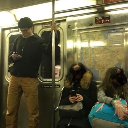 Daniel Day-Lewis é flagrado no metrô de Nova York com um celular antigo - Reprodução