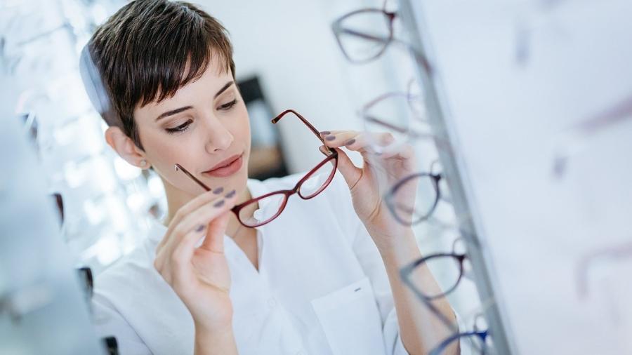 3ebeb776a Os óculos multifocais combinam na mesma lente graus para enxergar melhor de  perto e de longe Imagem: iStock