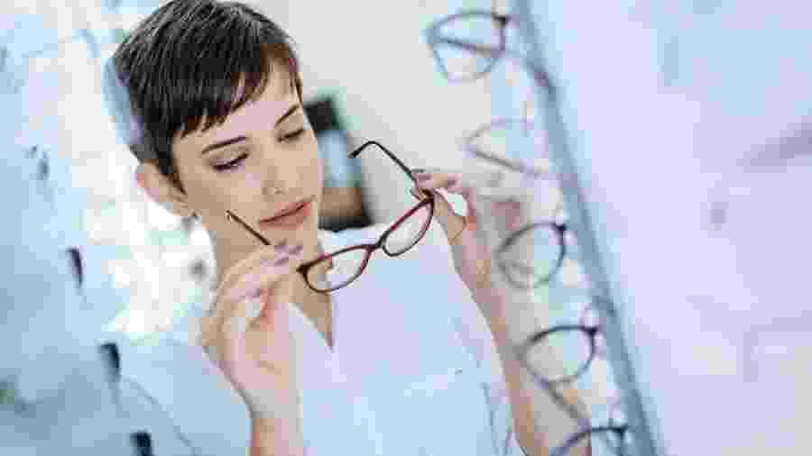 Os óculos multifocais combinam na mesma lente graus para enxergar melhor de  perto e de longe Imagem  iStock 53d036f5ad