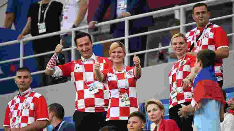 A presidente da Croácia, Kolinda Grabar-Kitarovic, no meio da torcida em partida das quartas de final na Copa da Rússia - AFP