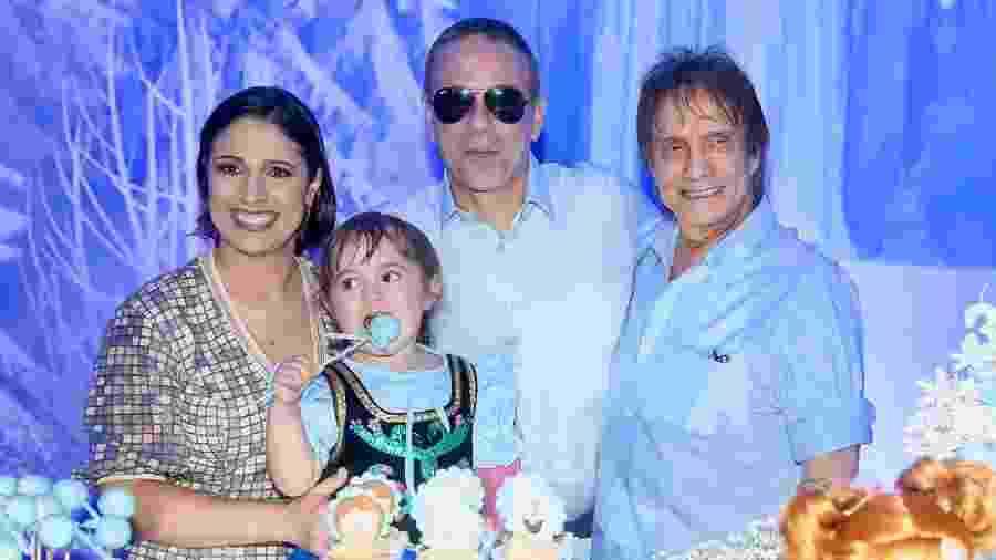 Roberto Carlos posa com a netinha Laura, o filho Dudu Braga e a nora Valeska Sostenes - Manuela Scarpa/Brazil News