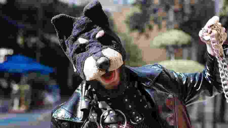 O performer e designer de acessórios Raio Gama, 30, usa a máscara de cachorro a maior parte do tempo - Carine Wallauer/UOL