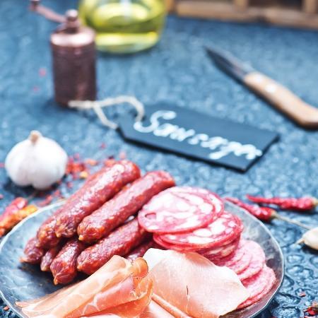 Consumo de carnes processadas, como embutidos no geral, foi associado ao aumento no risco de desenvolver demência - iStock