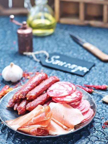 Alimentos como peito de peru são considerados embutidos, enquanto o bacon não - iStock
