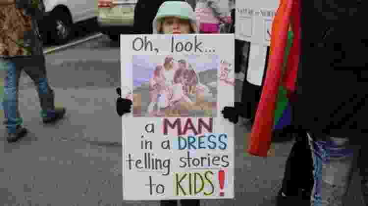 Famílias que apoiam o projeto de leitura também organizaram uma manifestação em defesa das drag queens - BBC - BBC
