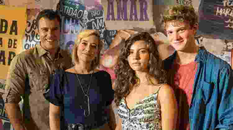 Filipe vai ficar dividido entre os pais Joaquim (Joaquim Lopes) e Ligia (Paloma Duarte), e doce Rita (Alanis Guillen)  - Divulgação/TV Globo