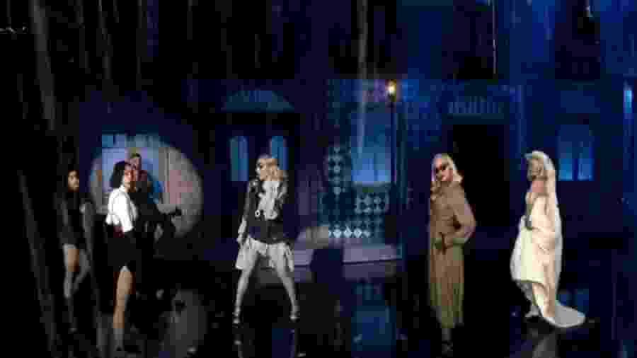 Madonna (ao centro, de tapa-olho) interage com hologramas dela mesma no palco do Billboard Music Awards - Reprodução/Twitter
