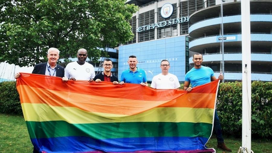 Representantes do City e da cidade de Manchester hasteiam bandeira no estádio do time - Divulgação