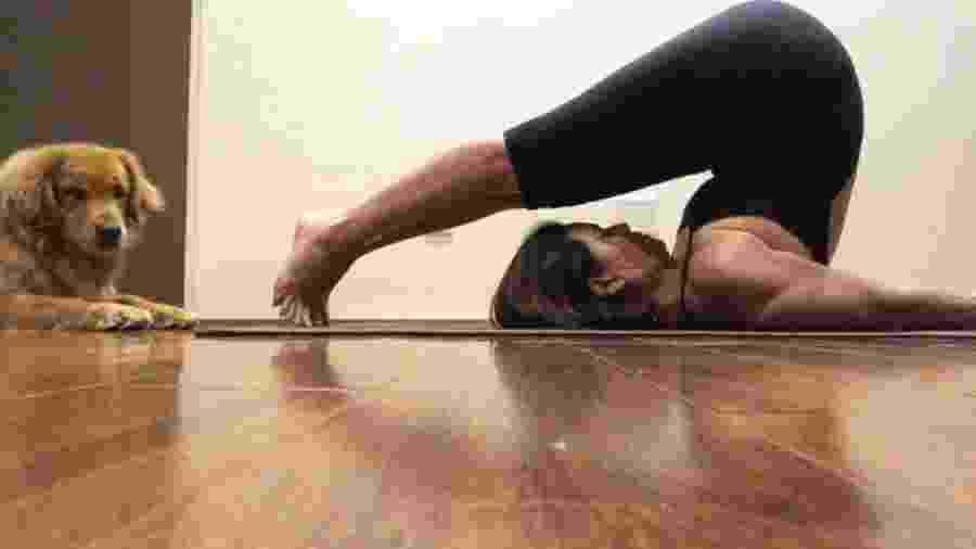 Giuliana Morrone praticando ioga, na postura do arado - Reprodução/ Instagram