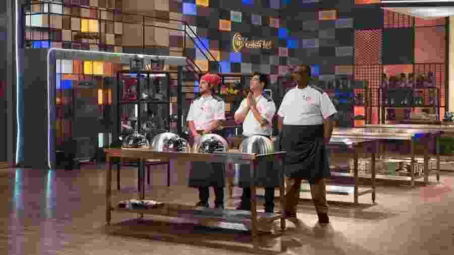 """Vitor Bourguignon (à esq.), Fernando Kawasaki (centro) e Estefano Zaquini (à dir.) em prova do """"Masterchef - A Revanche"""" - Carlos Reinis/TV Bandeirantes"""