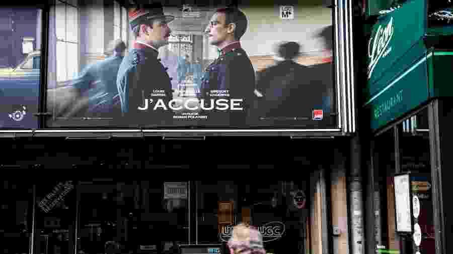 """Pôster do filme J""""acusse, de Roman Polanski, em um cinema de Paris; obra lidera número de indicações na premiação (12) - Martin Bureau/AFP"""