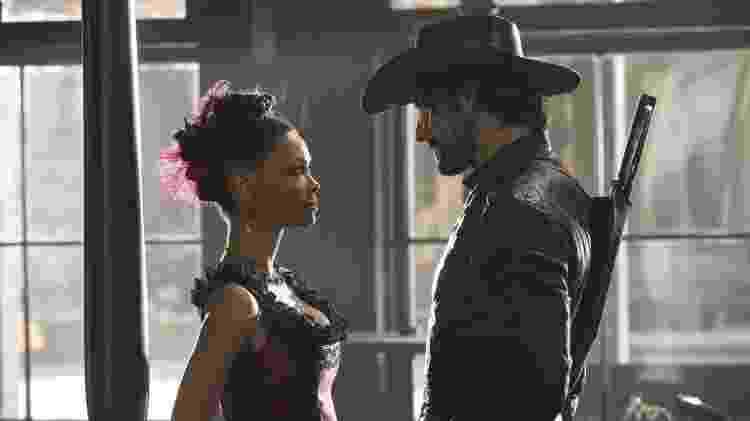 Thandie Newton e Rodrigo Santoro em cena de 'Westworld' - Divulgação - Divulgação